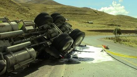 Tráiler con material químico se despistó en la provincia de Canas