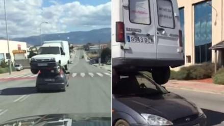 YouTube: arriesgado conductor transporta una furgoneta encima de su auto