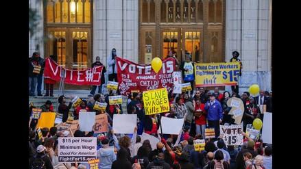 EEUU: Miles de trabajadores exigen aumento del salario mínimo