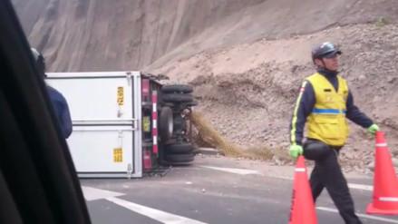 Miraflores: camión se vuelca en Costa verde