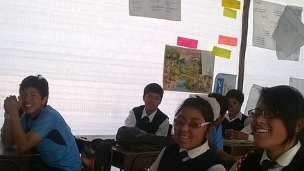 Alumnos estudian en aulas prefabricadas con instalaciones eléctricas precarias