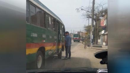 Cobrador paraliza tránsito por orinar en vía pública