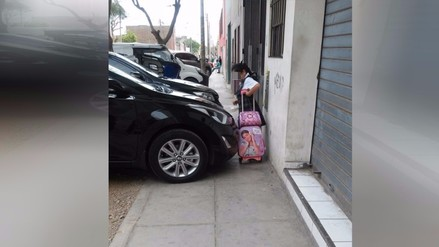 Barranco: Vehículos usan vereda como estacionamiento