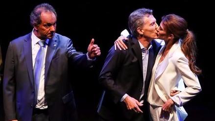 Scioli, testigo del apasionado beso entre Macri y su mujer que cerró el debate