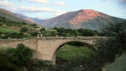 Abancay: sujetos desconocidos realizan pintas en puente colonial