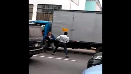Lima: Conductores se pelean en vía pública tras accidente