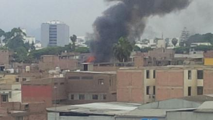 Surco: incendio consume cinco viviendas de quincha y adobe
