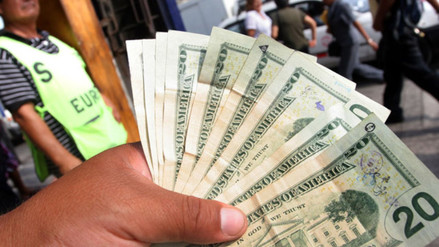 El dólar abrió la sesión al alza y ya se sitúa en S/.3.373