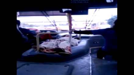 Video: llevan a bebé sobre motor de bus en Evitamiento