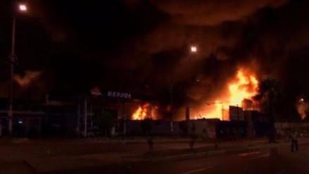 Incendio de gran proporción se registra en depósito de Huachipa