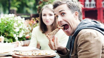 Los hombres tienden a comer más cuando están entre mujeres