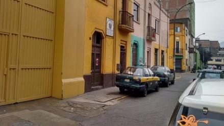 Centro de Lima: vehículos se estacionan en zona rígida a pesar de letrero de la municipalidad