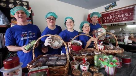 Jóvenes con habilidades especiales hacen empresa por Navidad