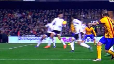 Valencia vs. Barcelona: mano descarada dentro del área no fue sancionada (VIDEO)
