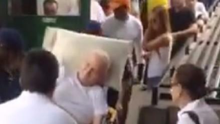 Venezuela: anciano acudió a votar en una camilla y fue aplaudido