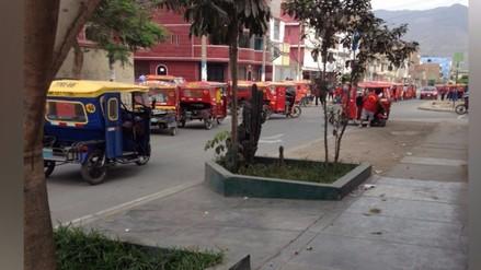 SJL: filas de mototaxis usan vía pública para estacionarse