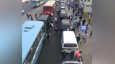 Minivans informales se estacionan en paradero y obstaculiza bajada de pasajeros