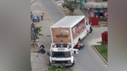 SJL: camión de cerveza queda atorado en la pista
