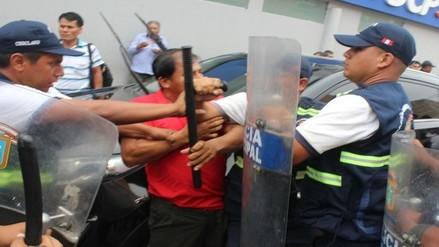 Ambulantes lanzaron basura y botellas para evitar ser desalojados
