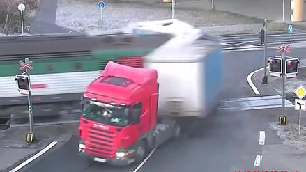 Youtube: Tren arremete contra un camión pero nadie salió lastimado