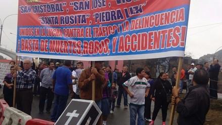Manifestantes bloquean tránsito vehicular en SJL