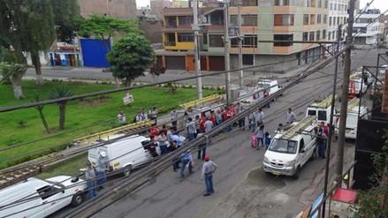 SMP: trabajadores de empresa de telefonía estacionan carros en vía pública