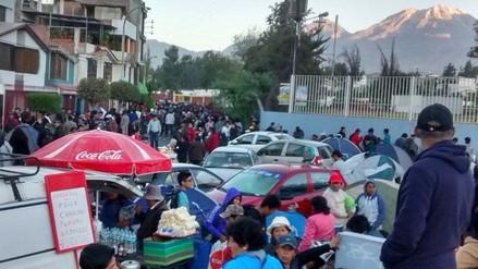 Miles de hinchas del Melgar forman largas filas
