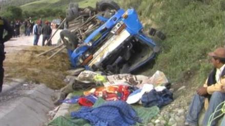 Dos muertos y cinco heridos deja vuelco de camión