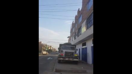 Video: hombre lanza desmonte desde cuarto piso sin marcar zona de trabajo en Los Olivos