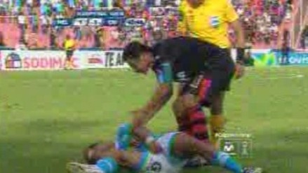 Melgar vs. Sport Cristal: Ysrael Zúñiga pisó a Paolo de La Haza y lo dejó sin aire
