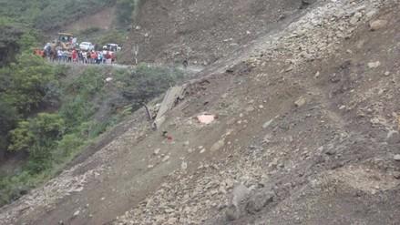 Rescatan cuerpo sin vida de hombre sepultado tras derrumbe de cerro
