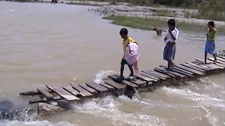 Pobladores demandan construcción de puente en río Olmos