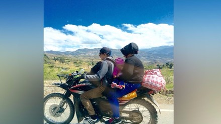 Cajamarca: mujer da de lactar a un bebé mientras viajan en una moto
