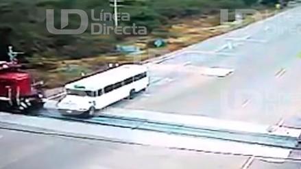 México: Choque entre un tren y un autobús dejó 4 muertos