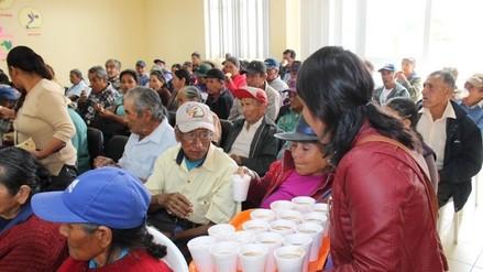 Brindan agasajo navideño a beneficiarios de Pensión 65