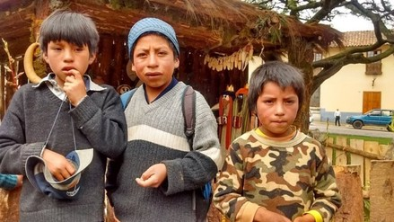 Hermanos huérfanos caminan tres horas para conocer el nacimiento de Jesús