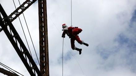 Guatemala: Papá Noel salta de un puente para dar regalos a los niños