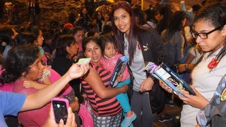 Facebook: Selección Peruana de Vóley dio regalos a niños pobres de Comas (FOTOS)