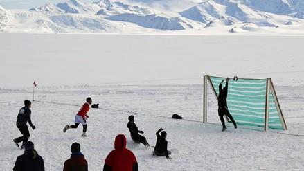 Antártida: disputan el partido de fútbol más austral del mundo