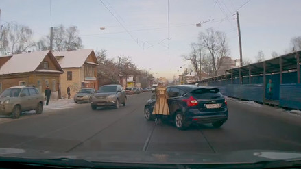 YouTube: mujer pierde el control de su auto de la manera más insólita