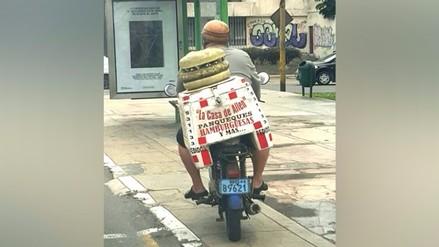 Miraflores: hombre en moto con hamburguesa circula en vereda