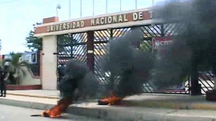 Docentes y administrativos quemaron llantas en frontis de la UNT