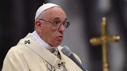 El papa rifa regalos para recabar fondos para refugiados y
