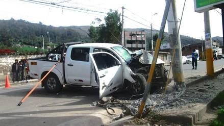 Choque de camioneta contra poste deja dos heridos de gravedad