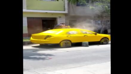 SMP: hombre contamina el ambiente pintado auto al aire libre