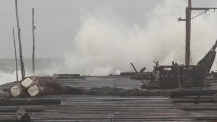 Colocan bandera roja por fuertes oleajes en litoral tumbesino