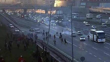YouTube: impactante ataque de ultras a un bus en plena autopista de Turquía