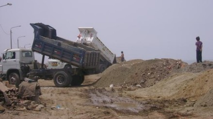 Chincha: volqueteros arrojan desmonte en playa El Socorro
