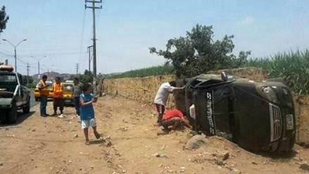 Laredo: taxi vuelca y deja tres personas heridas
