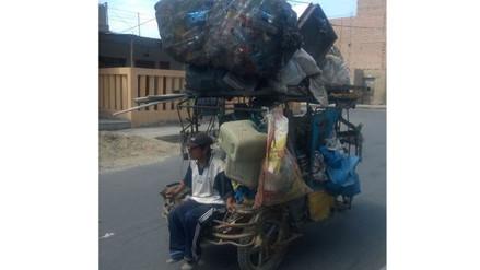 Chimbote: hombre viaja sin medidas de seguridad en tolva de mototaxi
